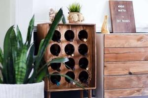 Эффектный шкаф-стеллаж для хранения винных бутылок и другого алкоголя: самодельная мебель всегда производила впечатление на новых гостей