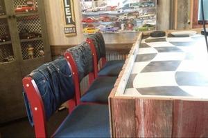 Интересный способ преображения старых стульев: берем ненужные джинсы и мастерим новую обивку