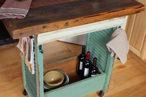Деревянные жалюзи решил использовать не по назначению: смастерил передвижной столик-бар в винтажном стиле