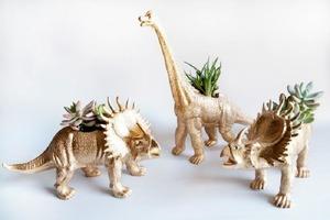 Дети выросли и больше не играют с резиновыми динозавриками. Придумали им интересное применение и превратили в яркие горшки для цветов