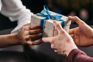 """""""На вырученные деньги можно жить"""": россиянам посоветовали продавать ненужные подарки"""