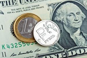Доллар достигает четырехнедельного минимума: рубль продолжает падать