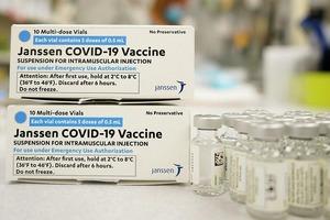 В США просят остановить вакцинацию от COVID из-за ухудшения здоровья пациентов