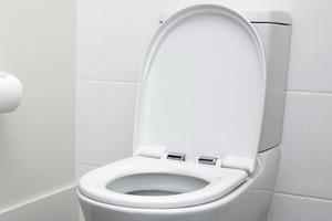 Муж перестал смывать воду в туалете: сначала я была возмущена, а теперь тоже так делаю