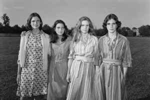 4 подруги делали похожие фотографии почти сорок лет: хронология изменений