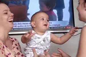 Ребенок впервые увидел мамину сестру-близнеца: его реакция всех поразила