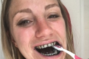 Девушка целых 7 дней чистила зубы активированным углем и показала результат