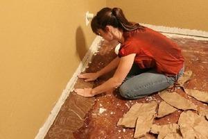 Копеечный ремонт: с помощью упаковочной бумаги девушка сделала шикарный пол в квартире