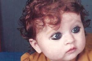 Рыжие волосы, фарфоровая кожа, зеленые глаза и веснушки: девушка из индийской семьи не похожа на своих родных