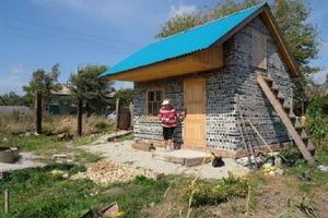 Стеклянный дом: россиянка построила жилище из бутылок всего за 14 дней