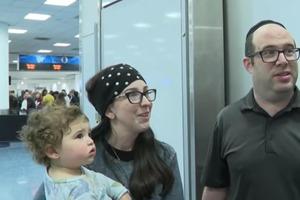 Супруги с годовалой дочерью были вынуждены сойти с самолета из-за необоснованных жалоб других пассажиров
