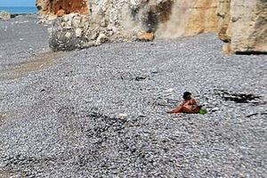 Счастливица. Женщина выбрала место на пляже и чудом избежала трагедии