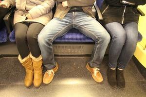 Мэнспрединг в России и в мире: почему мужчины сидят с расставленными ногами
