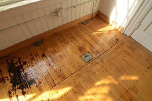 При переезде парень обнаружил потайной люк. В подвале были найдены старые вещи