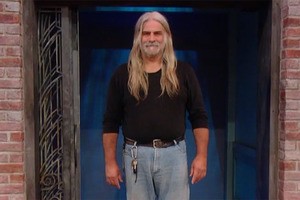 Мужчина всю жизнь носил длинные волосы. Когда они поседели, сыновья стали стесняться отца, и он решил изменить стиль