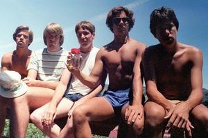 Друзьям было 19, когда они решили через каждые 5 лет делать совместную фотографию. Сейчас им 56, кто постарел быстрее?