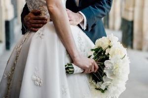 Мужеподобная подружка невесты на свадьбе смутила гостей (фото)