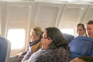 Ему не нравилось сидеть с полной дамой в полете. Но ее слова изменили его мнение