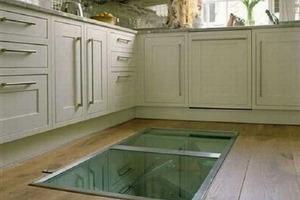 Парень сделал потайное окно в полу кухни. Когда друзья поняли зачем, все назвали его идею потрясающей
