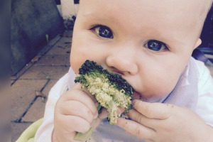Мать с рождения не дает дочке сахар: какой малышка выросла (фото)