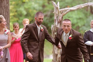 Мужчина останавливает свадьбу дочери, берет ее отчима за руку и подводит к ней