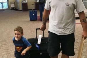 Папа и сын подшутили над мамой, встретив ее в аэропорту с позорной табличкой
