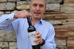 Умный трюк: как открыть вино без штопора за 5 секунд