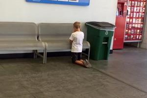 В супермаркете мать увидела, что ее сын стоит на коленях и молится. На стене перед ним был стенд с фотографиями