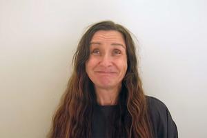 Женщина прожила всю жизнь с длинными волосами и без макияжа: поход к стилисту изменил ее до неузнаваемости