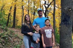 Супруги заказали семейную фотосессию у профессионального фотографа: результат рассмешил и напугал пользователей Сети