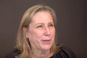 62-летняя женщина была недовольна своей внешностью, пока за дело не взялся стилист. Новая прическа сделала ее на несколько лет моложе