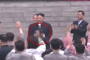 Уволили с работы, исключили из партии: 3-секундная оплошность стоила личному фотографу Ким Чен Ына карьеры