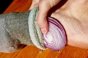 Что случится со здоровьем, если спать в носках, положив в них лук