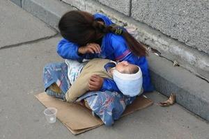 Почему ребенок всегда спит на руках у нищей