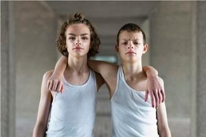 Фотографии идентичных близнецов показывают, насколько внешность обманчива