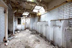 Девушка купила старый общественный туалет и переделала его в дом своей мечты