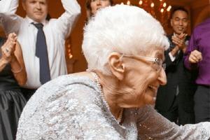 Нет сил терпеть: 85-летняя женщина занялась йогой и изменила свое тело