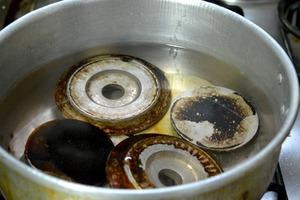 Как просто и без лишних затрат очистить засаленные конфорки на газовой плите