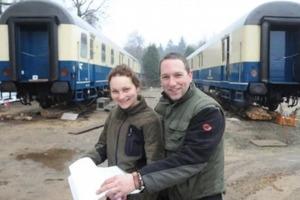 Супруги сделали себе дом из двух старых железнодорожных вагонов (фото)