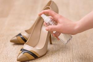 Как растянуть тугую обувь: 4 простых способа