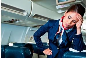 Пассажир самолета был очень недоволен тем, что сидел не рядом с иллюминатором. Устав от его жалоб, стюардесса поступила очень остроумно