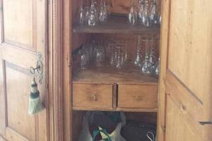 Парень получил в наследство шкаф, убирая в нем, обнаружил потайную полку