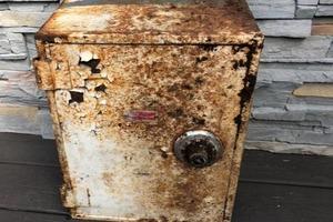 Пара обнаружила «электрическую коробку», которая на самом деле оказалась сейфом с сокровищами