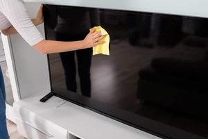 Никогда не получалось полностью очистить телевизор от пыли и грязи, он даже начал хуже работать! Хорошо, что соседка рассказала, как правиль