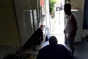 88-летний дедушка пожаловался сыну, что к нему приходил странный незнакомец. Посмотрев записи с камеры наблюдения, сын немедленно вызвал пол