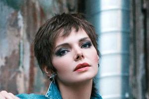 Неоднозначное перевоплощение Елизаветы Боярской. Актриса сделала короткую стрижку и нарядилась в мини-юбку
