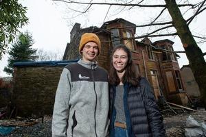 Пара хотела купить домик, но случайно приобрела большой и очень старый дом