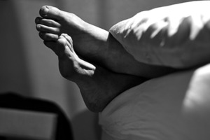 Учёные объяснили причину, по которой человек спит, высунув ногу из-под одеяла