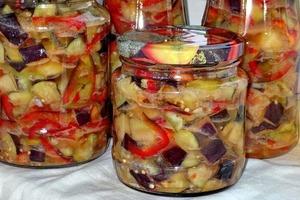Зимой я удивляю семью пикантной закуской из баклажанов с овощами: легкий рецепт