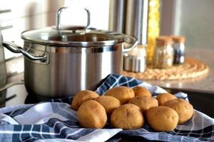 Подруга научила меня варить картошку очень быстро и даже без кастрюли. Теперь я часто использую этот лайфхак